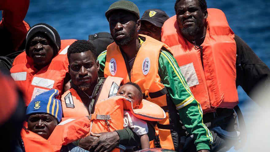 مهاجرون أفارقة أثناء عبورهم البحر المتوسط باتجاه الشواطئ الأوروبية