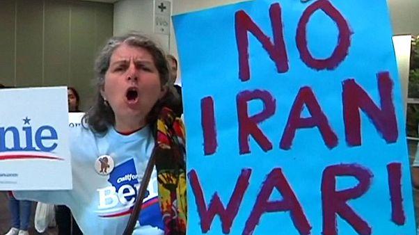 پلاکاردهای «نه به جنگ با ایران» در کارزار انتخاباتی سندرز
