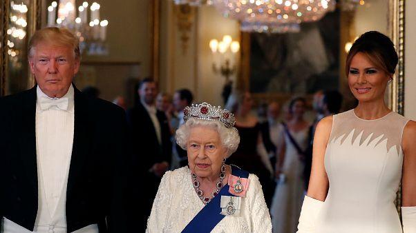 الملكة إليزابيث تتوسط الرئيس الأمريكي دونالد ترامب وزوجته ميلانيا