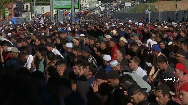 شاهد: الملايين من المسلمين حول العالم يحتفلون بعيد الفطر