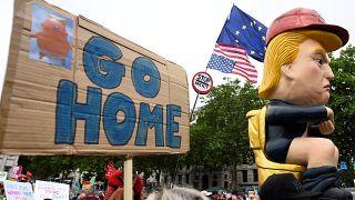 Londra'da Trump protestosu: Bu kez klozete oturan Trump maketi yaptılar