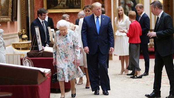 ترامب اثناء زيارته للقصر وتجنب الأمير له في الحلفية