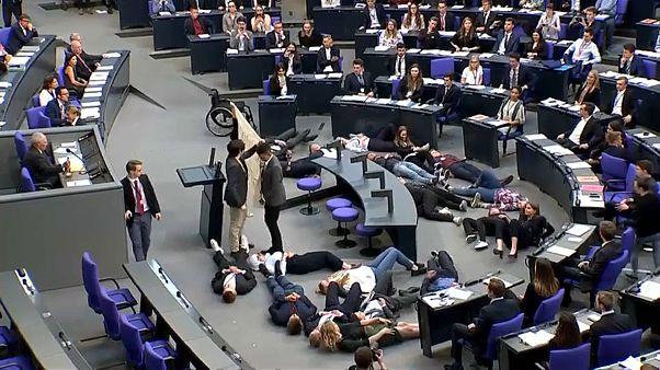 شاهد: نشطاء بيئيون يقتحمون البرلمان الألماني ويفترشون أرضيته