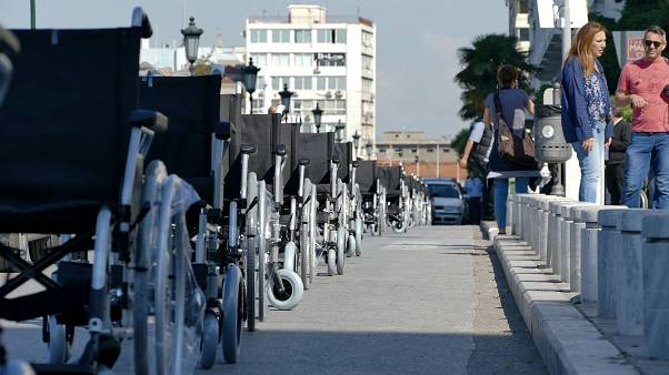 ΑμεΑ τα αμαξίδια τους στην λεωφόρο Νίκης σε ένδειξη διαμαρτυρίας