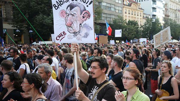 Prag: Zehntausende protestieren gegen Regierungschef Babis