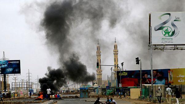 متظاهرون سودانيون يحرقون إطارات مطالبة برحيل المجلس العسكري
