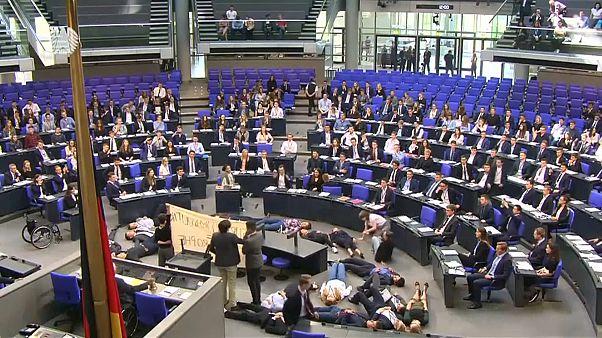 ΒΙΝΤΕΟ: Διαμαρτυρία στο γερμανικό Κοινοβούλιο την ώρα που μιλούσε ο Σόιμπλε