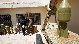 عناصر من البيشمركة يتفقدون أسلحة كانت بحوزة الدولة الإسلامية