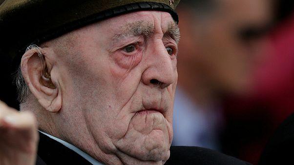أحد الضباط الذين شاركوا في إنزال النورماندي في نهاية الحرب العالمية الثانية