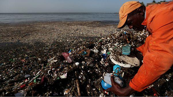 أرقام صادمة: 50 ألفا من جسيمات البلاستيك تدخل بطن الإنسان سنويا دون أن يشعر