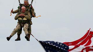 97χρονος Αμερικανός βετεράνος πήδηξε με αλεξίπτωτο στη Νορμανδία