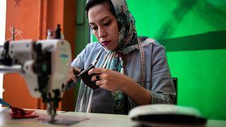 Mülteci botlarını çantaya dönüştürüyor: Afgan kadının başarı hikayesi