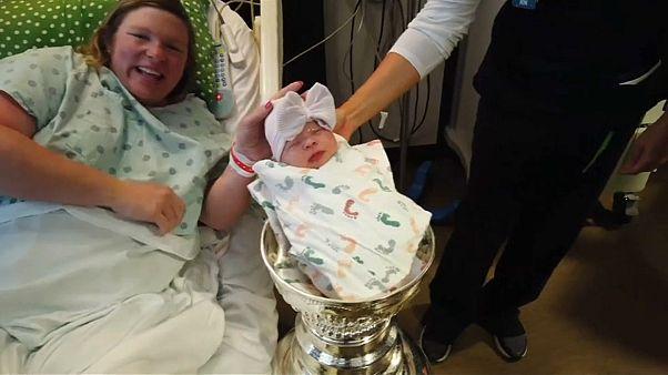 الرضيعة أنّ-ماري في الكأس وتظهر والدتها إلى جانبها