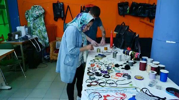 """شاهد: """"مخيطُ ألم وخيطُ أمل"""".. أمينة وقصةُ لاجئة أفغانية في اليونان"""