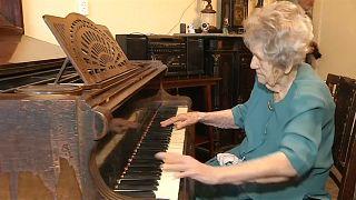 عمرها 108 عاما وتعزف بمهارة
