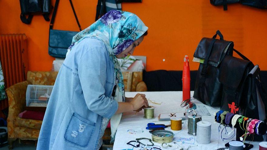 روایت زن مهاجر افغان در یونان؛ «با قایق آمدم، از قایق کیف میدوزم»