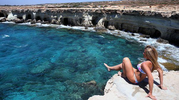 Η θάλασσα στο Κάβο Γκρέκο μεταξύ Αγίας Νάπα και Πρωταρά στην Κύπρο