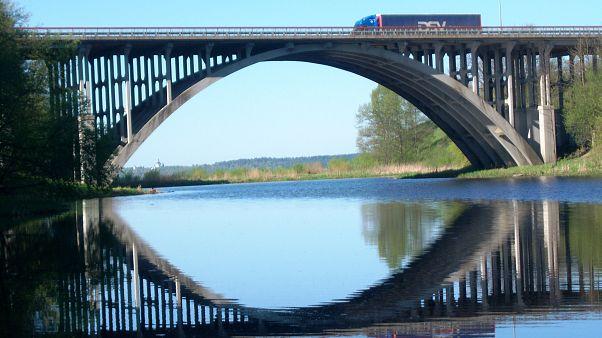 """وللناس فيما """"يسرقون"""" مذاهب وطقوس.. سرقة جسر في روسيا طوله 23 م فمن يصدق؟"""