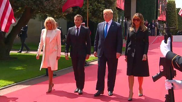Macron és Trump együtt tisztelgett a normandiai hősök emléke előtt