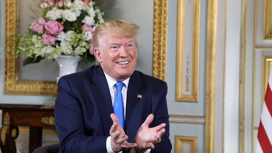 ترامب في مقر محافظة كاين الفرنسية يحاور نظيره ماكرون (لا يظهر في الصورة)