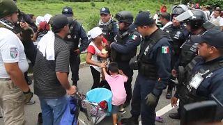 جنود يحاولون منع تقدم قافلة من المهاجرين