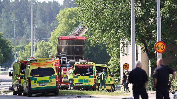 أفراد إنقاذ في موقع انفجار في بلدة لينشوبينج بجنوب السويد يوم الجمعة