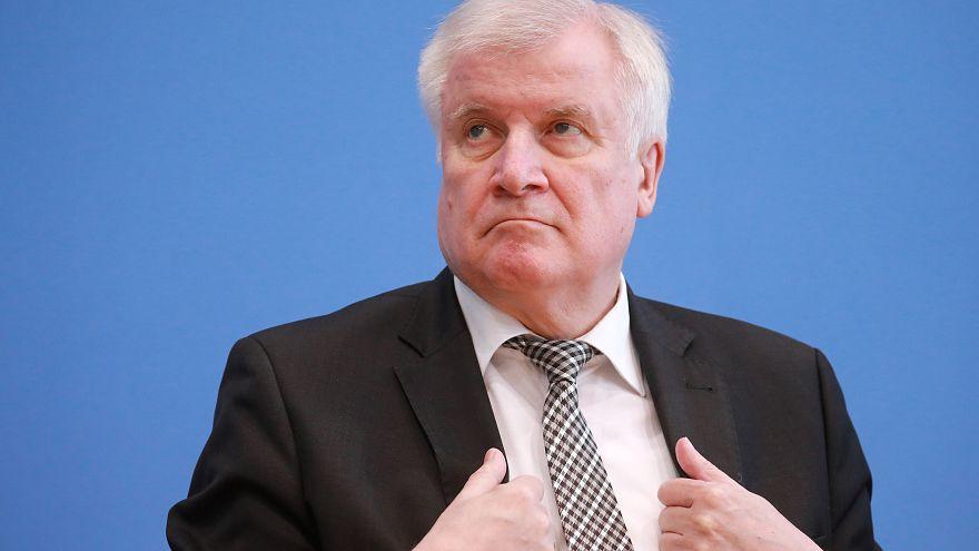 Bundestag beschließt Migrationspaket - Aufregung um Seehofer