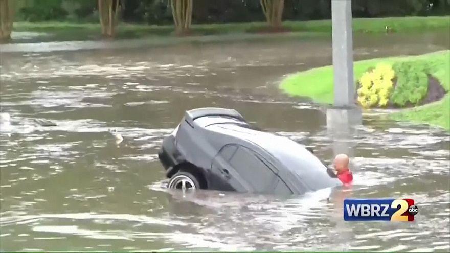 ویدئو؛ نجات راننده آمریکایی از داخل خودروی گرفتار در سیل