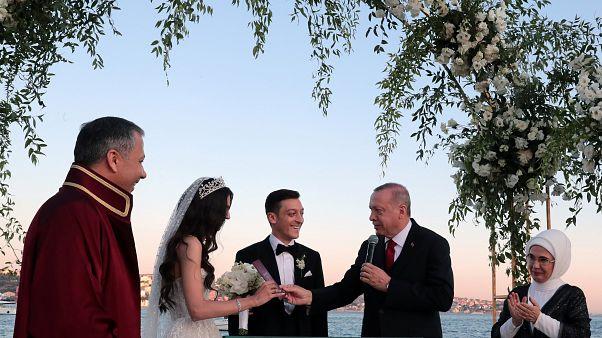 Ο Ερντογάν μάρτυρας στον γάμο του Οζίλ