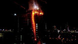 Polonya'da 130 metre yüksekliğindeki binada yangın