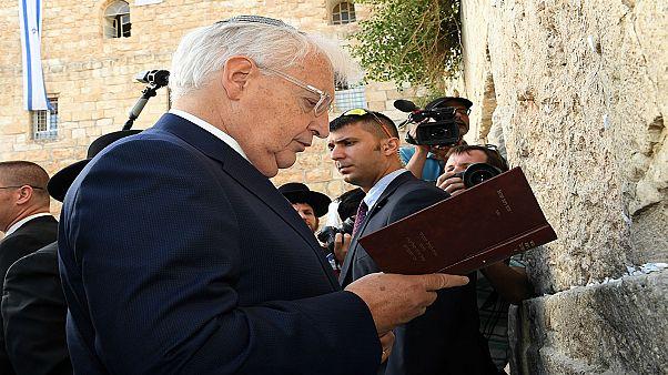 السفير الأمريكي ديفيد فريدمان يصلي أمام الحائط الغربي في القدس 15-05-2017