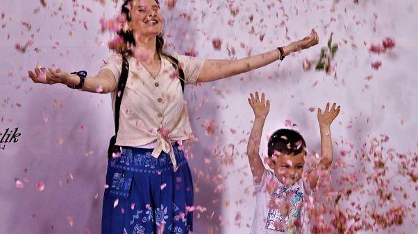 Isparta'da Gül Festivali: Turistlere çiçek yağdı