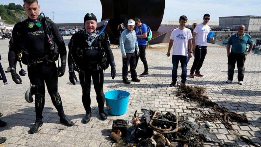 آلاف المتطوعين يشاركون في تنظيف ساحل شمال إسبانيا من النفايات والبلاستيك