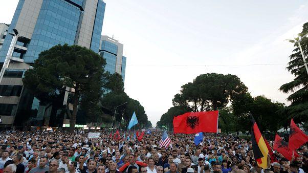 أنصار المعارضة الألبانية يطالبون بتنحي رئيس الوزراء ادي راما