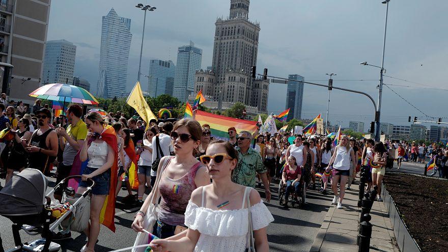 رژه گسترده رنگینکمانیها در ورشو با وجود مواضع دولت لهستان علیه دگرباشان