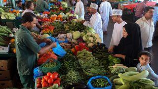 عُمانيون يشترون من سوق الموالح بالعاصمة مسقط استعداد لشهر رمضان. 4أيار 2019