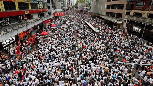 Hong Kong'da yüz binlerce kişinin katılımı ile yönetim protesto edildi