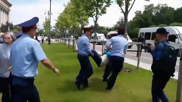 Rendőrök vitték el a kazah választás napján tüntetőket