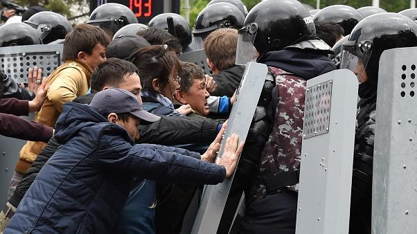 Seçimi demokratik bulmayan Kazaklar sokağa çıktı: Yüzlerce protestocu gözaltında