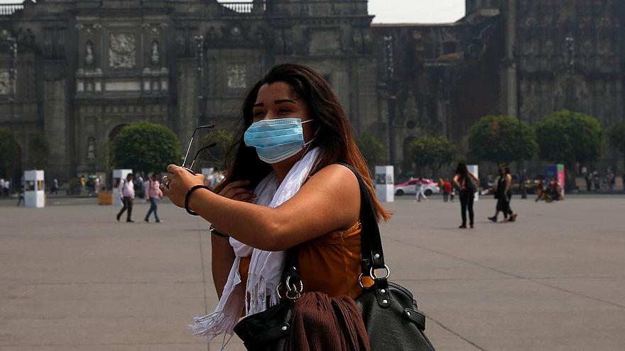 سيدة تضع كمامة في العاصمة المكسيكية بعد زيادة التلوث بشكل كبير. أيار 2019