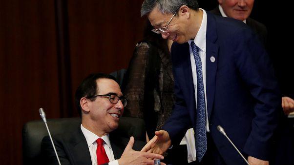 وزير الخزانة الأميركي ستيفن منوشين يصافح محافظ البنك المركزي إي يانج / G20
