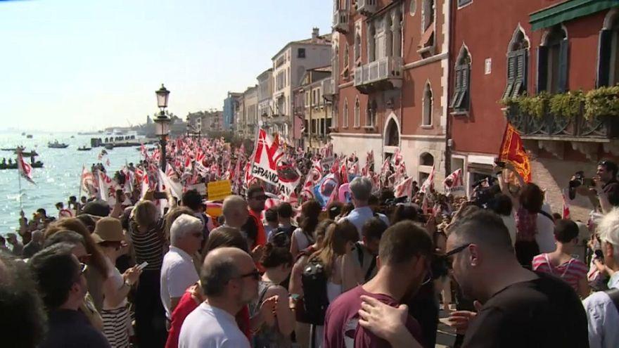Protesta masiva contra los cruceros en Venecia