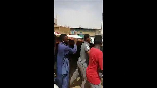 شاهد: السودانيون يشيعون قتلاهم إلى مثواهم الأخير