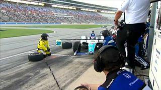 ویدئوی مسابقه اتومبیلرانی؛ تصادف با جایگاه تعمیر خودرو