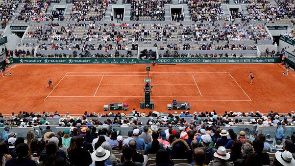 Fransa Tenis Federasyonu Roland Garros'ta boş kalan koltukları 'çalışanlarla doldurdu'