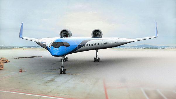 شاهد: طائرة غريبة يركب المسافرون في جناحيها