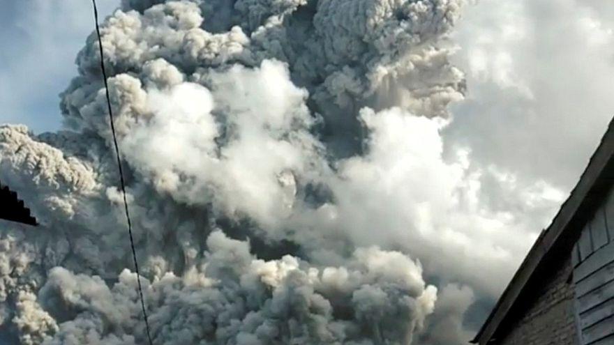 Βρυχάται το Σίναμπουνγκ στην Ινδονησία
