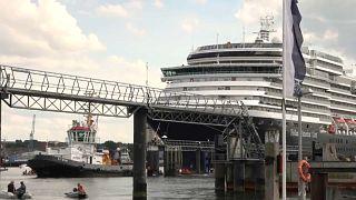 """""""Smash Cruiseshit"""": Aktivisten hindern Kreuzfahrtschiff am Ablegen"""