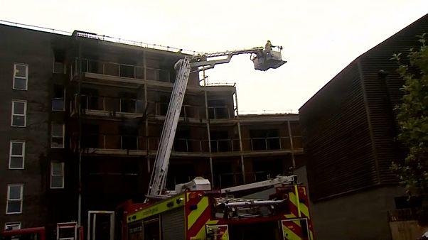 100 رجل إطفاء للتعامل مع حريق نشب في مجمع سكني بشرق لندن