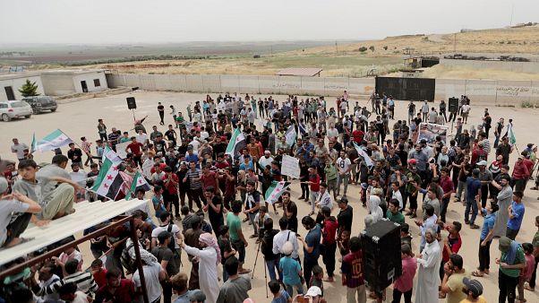 نازحون سوريون يتجمعون خلال احتجاج للمطالبة بوقف الضربات الجوية